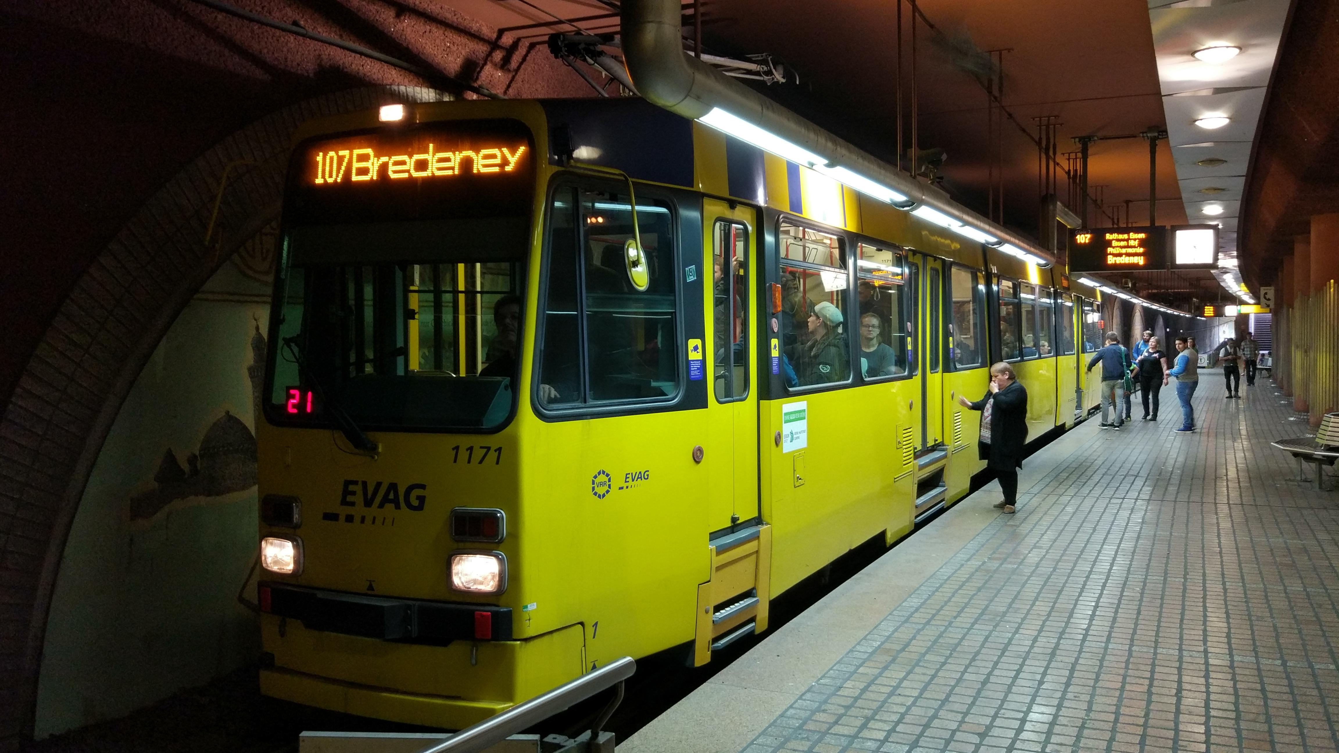 File:Ruhrbahn 1171 Viehofer Platz 171017.jpg