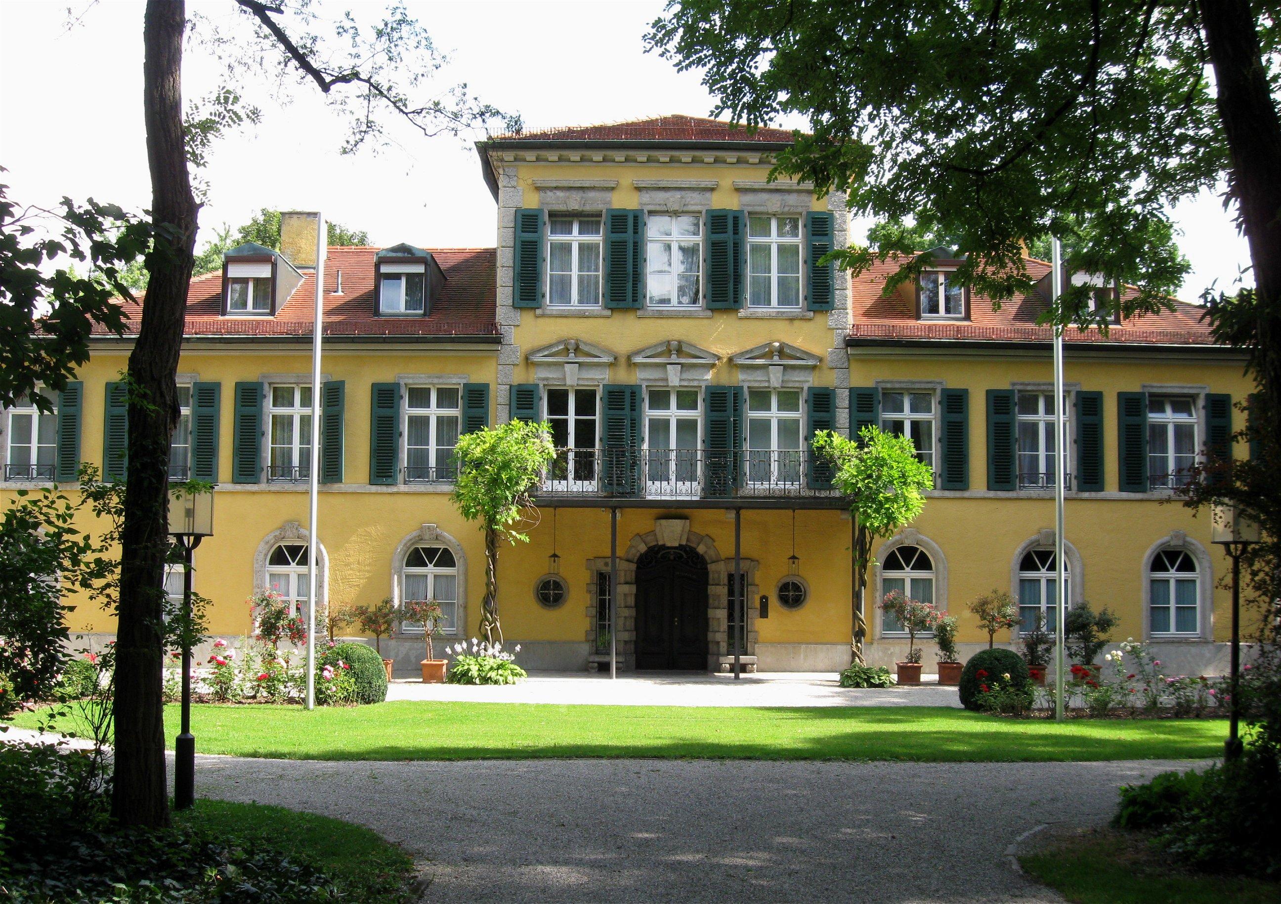 File:Schloss Suresnes Muenchen Schwabing-2.jpg - Wikimedia ...