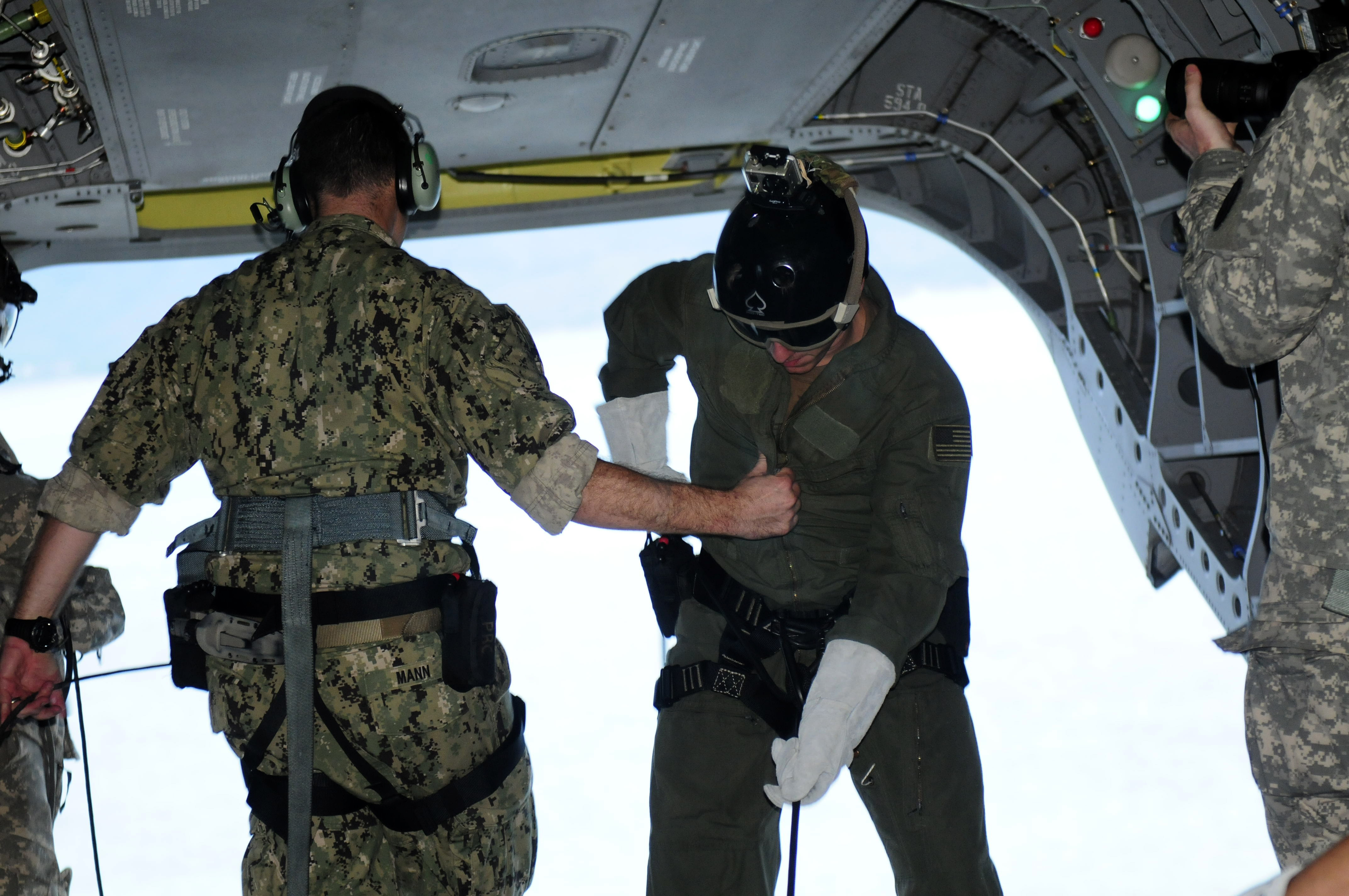 File:U S  Navy divers with the U S  Navy SEAL Delivery