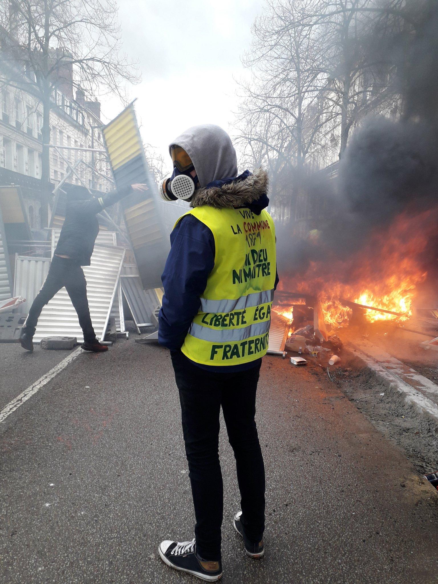 File:Un gilet jaune devant une barricade à Rouen lors de l'acte XII (2 février 2019).jpg - Wikimedia Commons