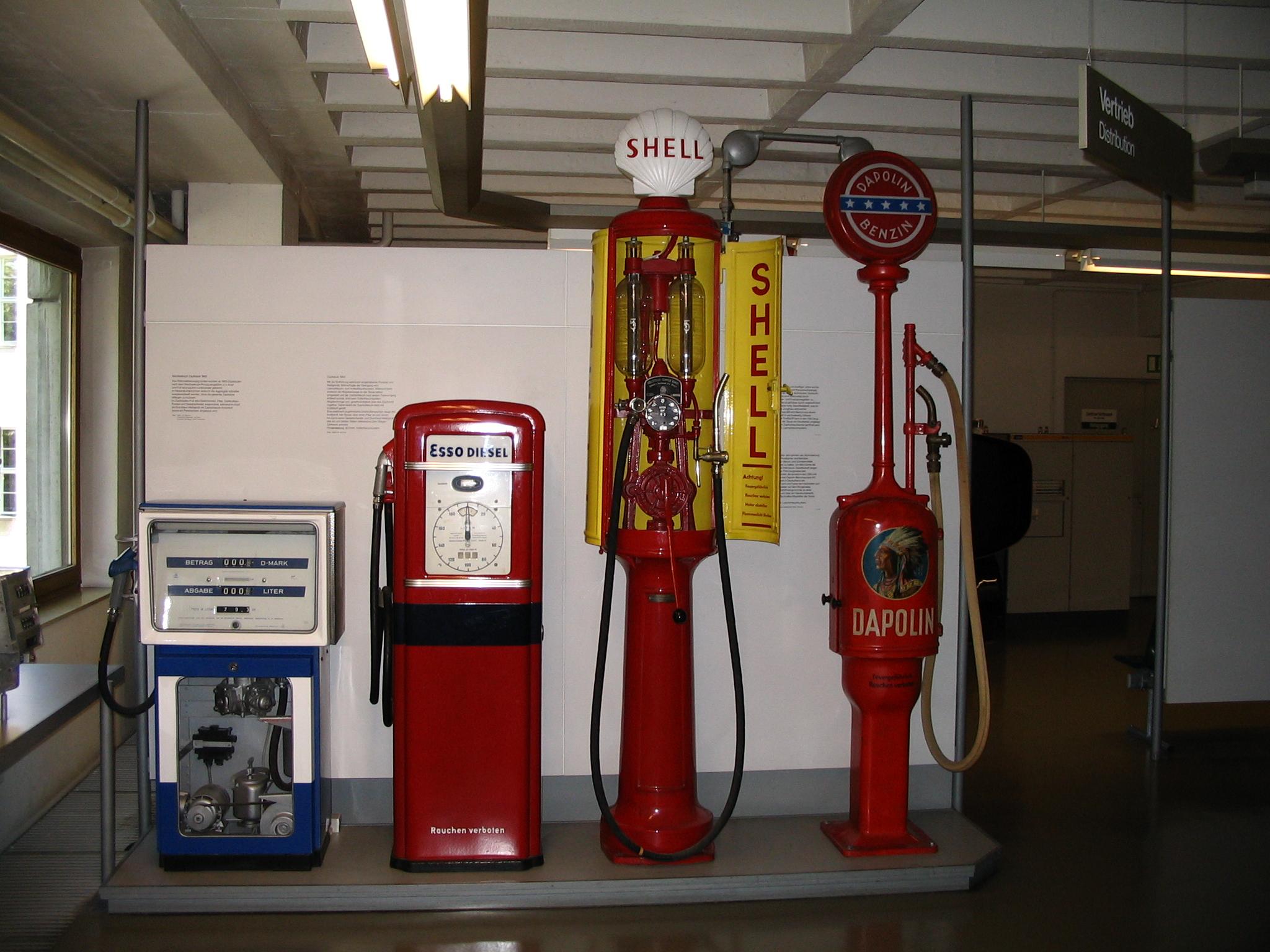 Verschiedene Zapfsäulen Deutsches Museum.jpg
