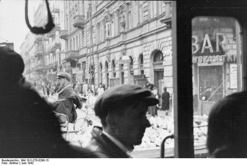 http://upload.wikimedia.org/wikipedia/commons/a/a4/Bundesarchiv_Bild_101I-270-0298-15%2C_Polen%2C_Ghetto_Warschau%2C_Stra%C3%9Fenszene.jpg