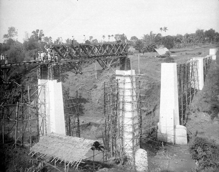 Berkas:COLLECTIE TROPENMUSEUM Aanleg van een ijzeren spoorbrug over een rivier in de omgeving van Banjoewangi TMnr 10007743.jpg