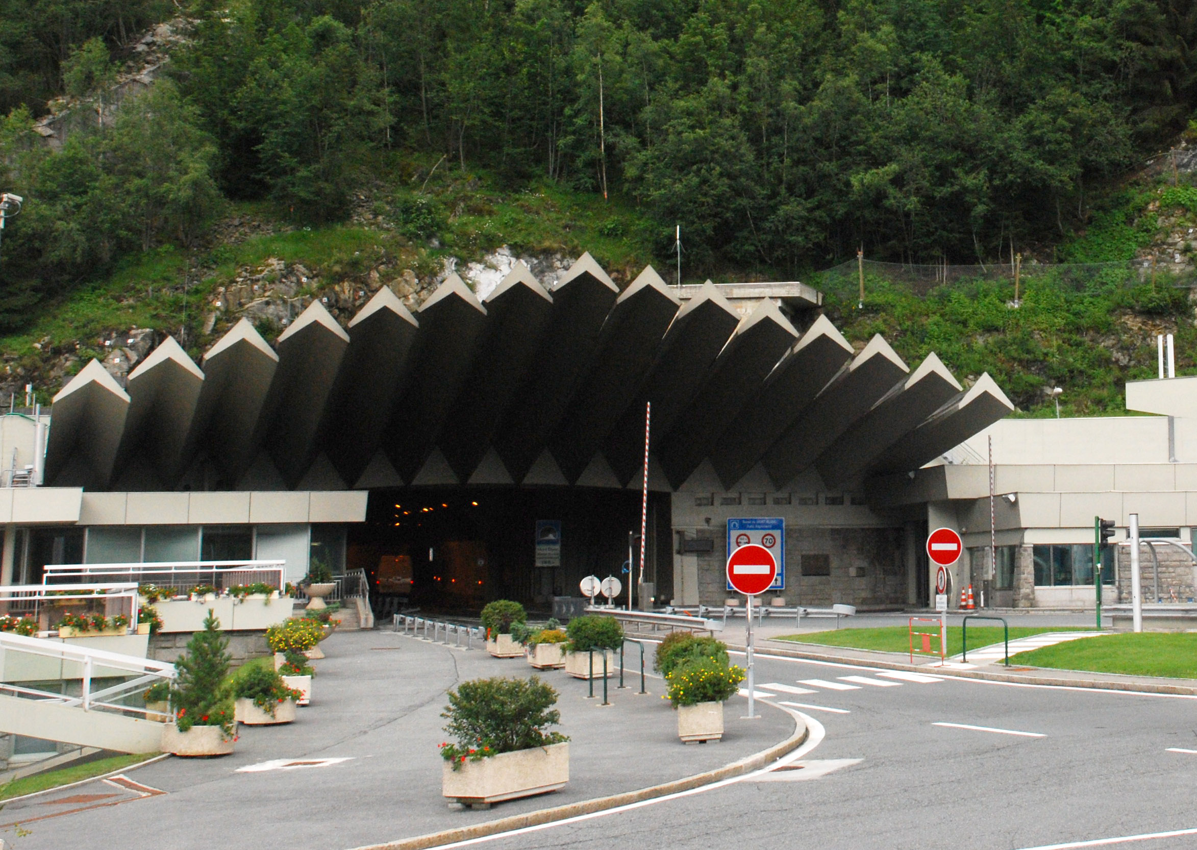 file chamonix mont blanc tunnel wikimedia commons. Black Bedroom Furniture Sets. Home Design Ideas