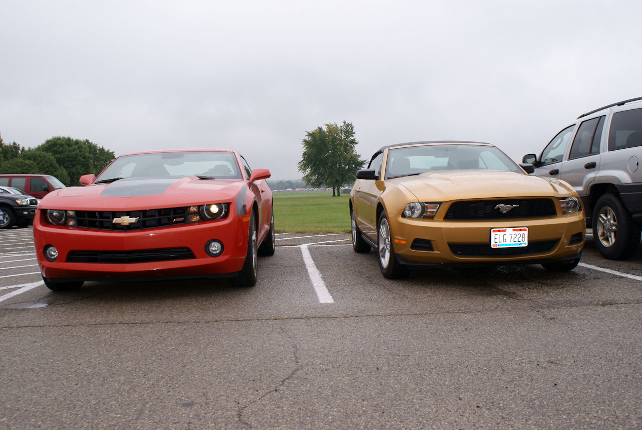 File:Chevrolet Camaro 2010 RS Ford Mustang 2010 Fronts