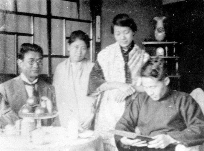 黃呈聰夫妻(左二)與陳甜及蔣渭水在大安醫院裡,攝影於1923年。