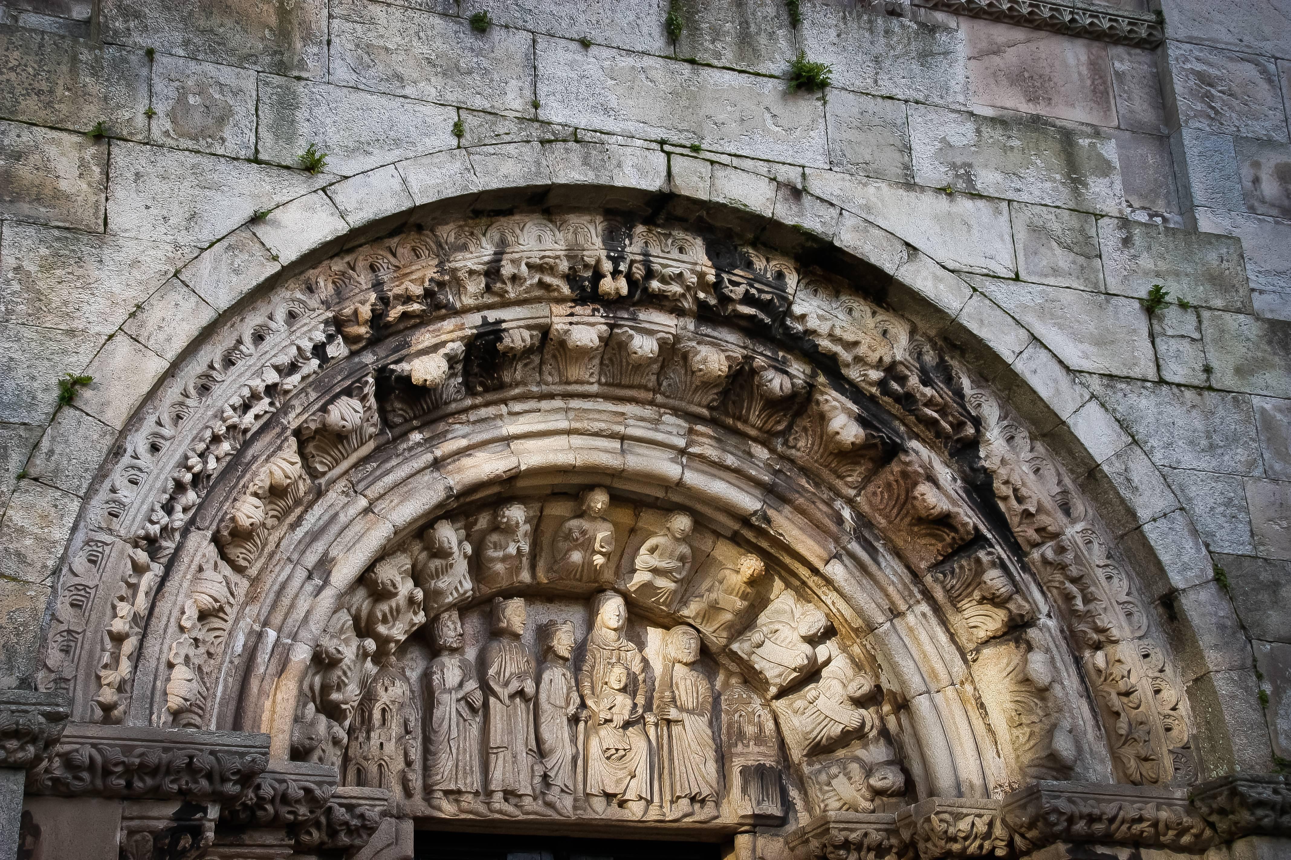 File Colegiata De Santa María Del Campo La Coruña Bajorrelieve En La Entrada Jpg Wikimedia Commons