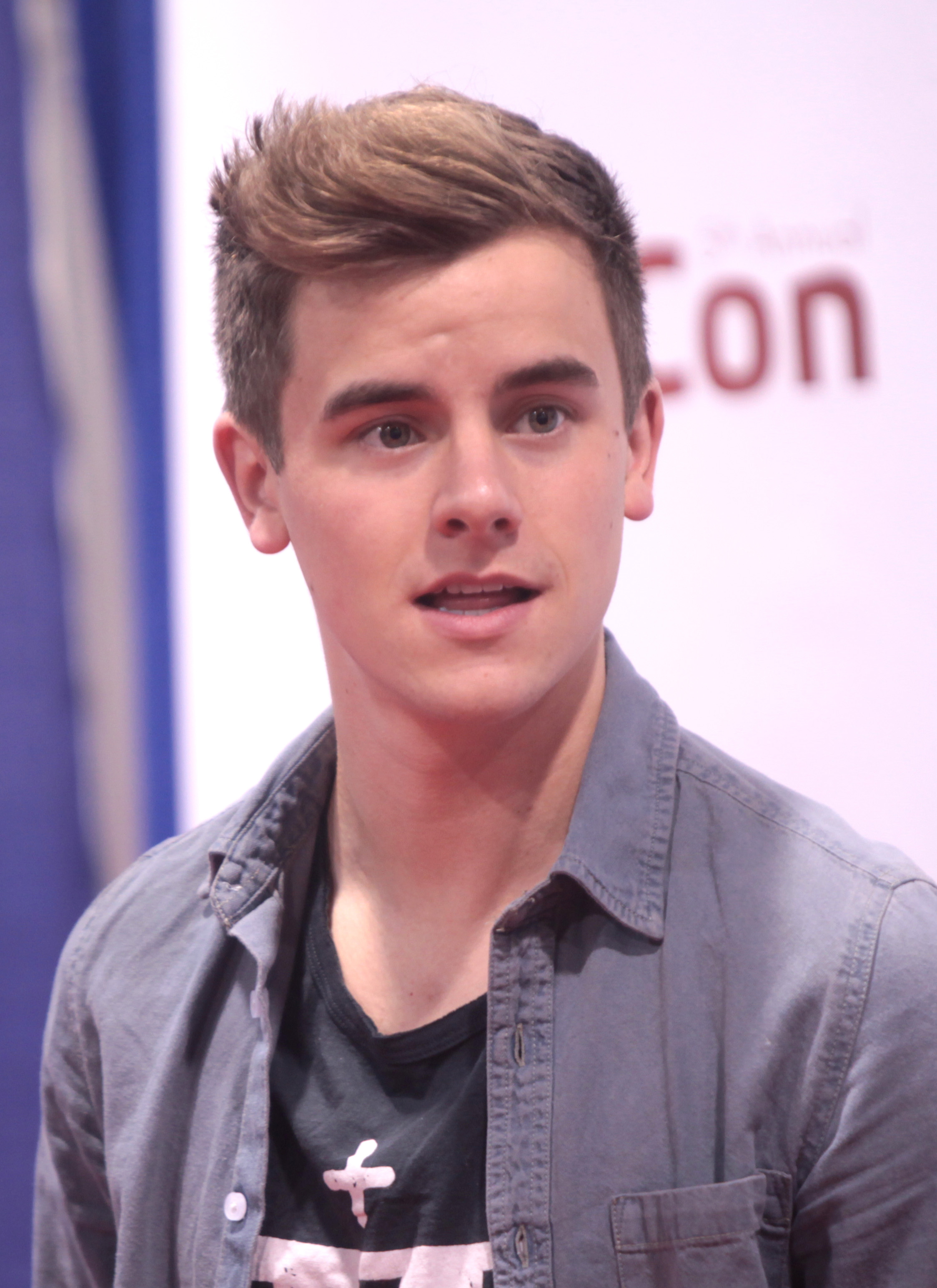 https://upload.wikimedia.org/wikipedia/commons/a/a4/Connor_Franta_at_VidCon_2014_(cropped).jpg