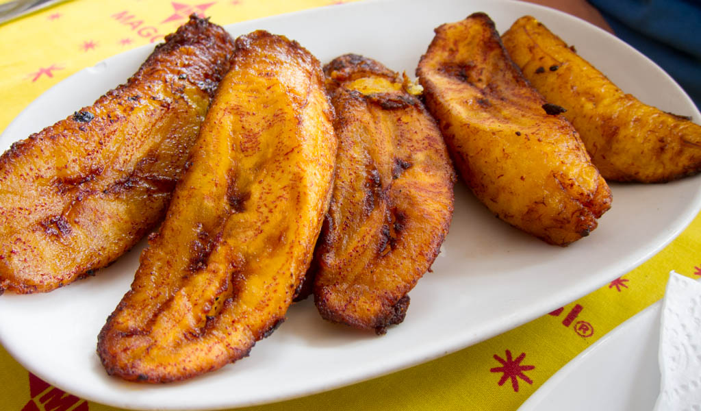 https://upload.wikimedia.org/wikipedia/commons/a/a4/Ghanaian_Fried_Plantains.jpg