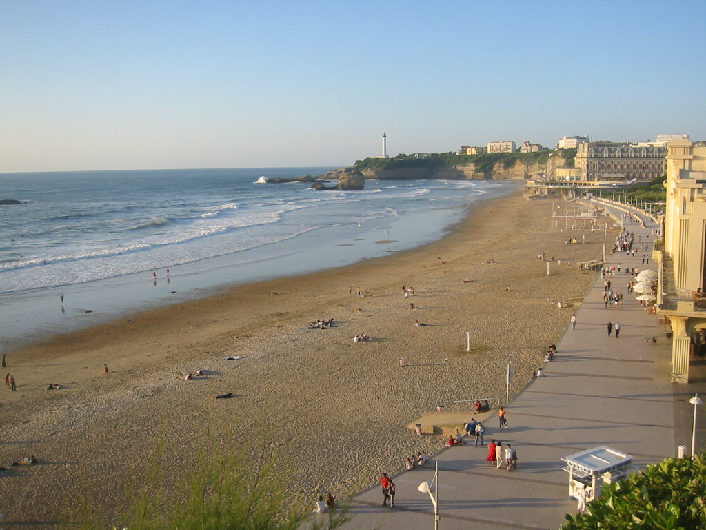learns french in Biarritz: La Grande Plage