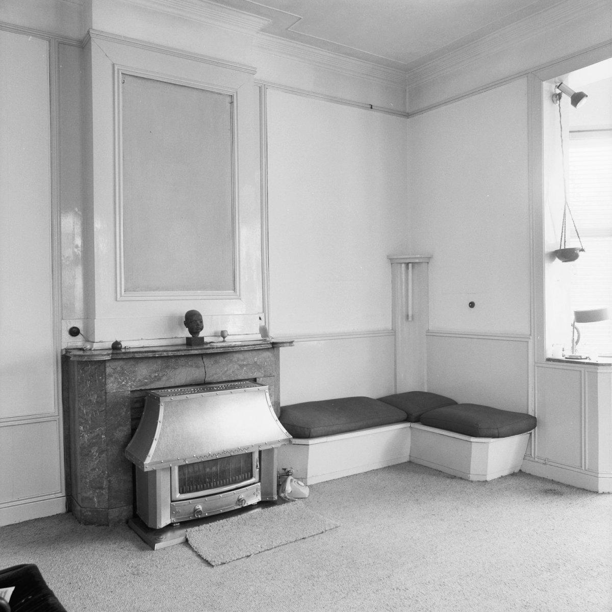 File interieur woonkamer met schouw met kachel ervoor en for Interieur woonkamer