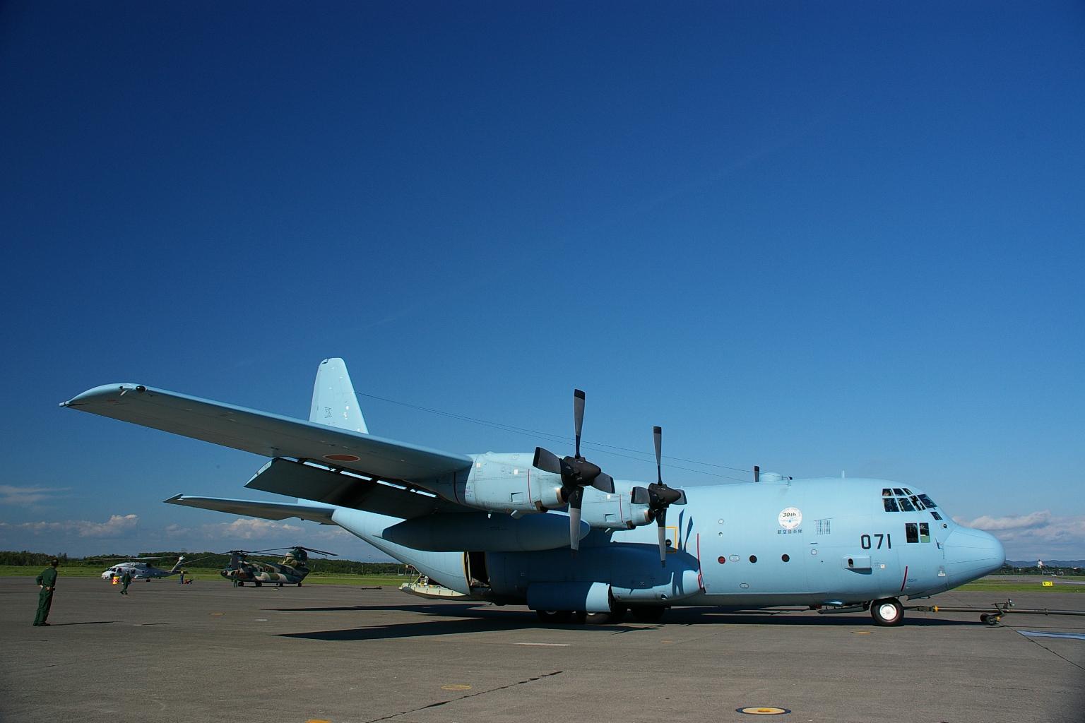 洋ロリ リ(i.imgur.com)  翼の設計を改め、電子機器を一新した。エンジンをアリソン T56-A-15に換装。当初は輸出向けとして1964年頃から採用され始め、1975年からアメリカ空軍への配備が始まっ ...