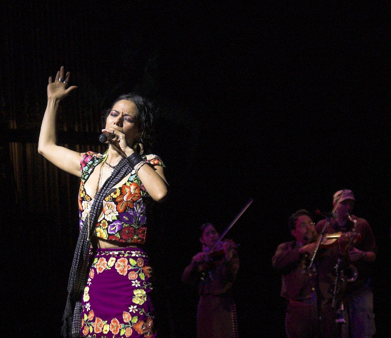 """Lila Downs durante el """"National Sor Juana Festival"""" en marzo de 2007."""