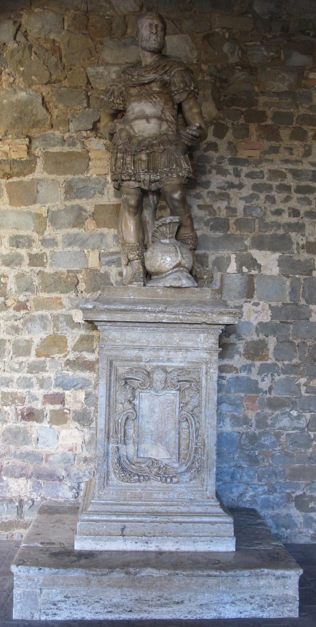 Montalcino, palazzo dei priori, statua di cosimo I di giovanni berti, 1564.JPG