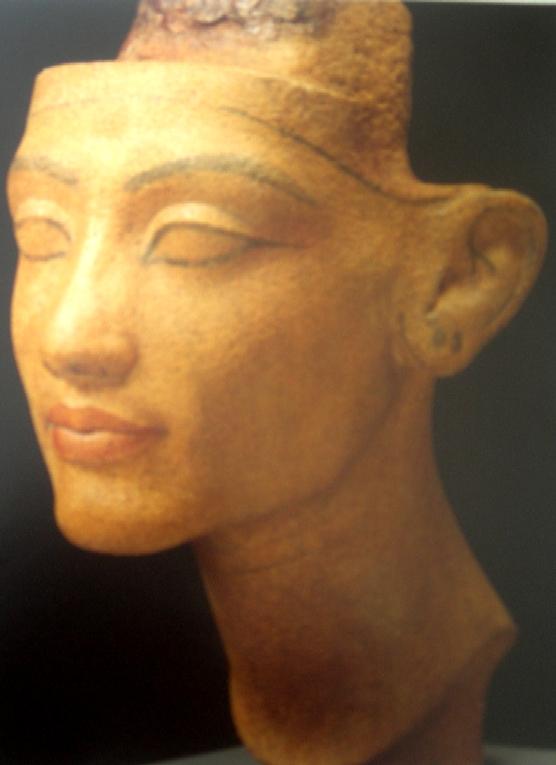 Busto de la reina Nefertiti encontrado en el taller del escultor Thutmose en Amarna. Dinastía XVIII. Imagen de Wikimedia Commons.