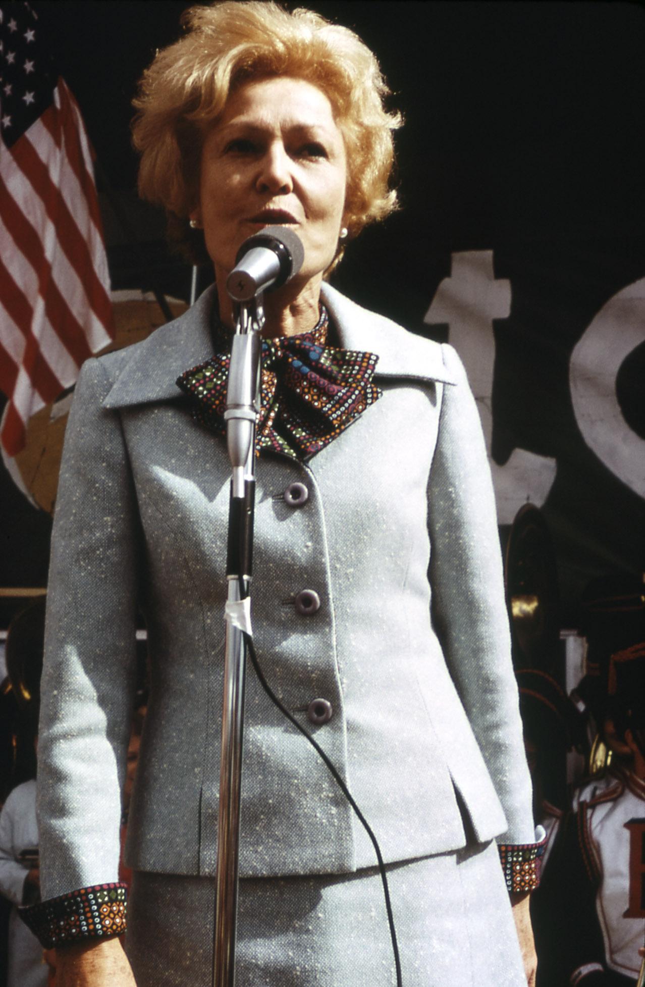 https://upload.wikimedia.org/wikipedia/commons/a/a4/Pat_Nixon_speaks_1972.jpg