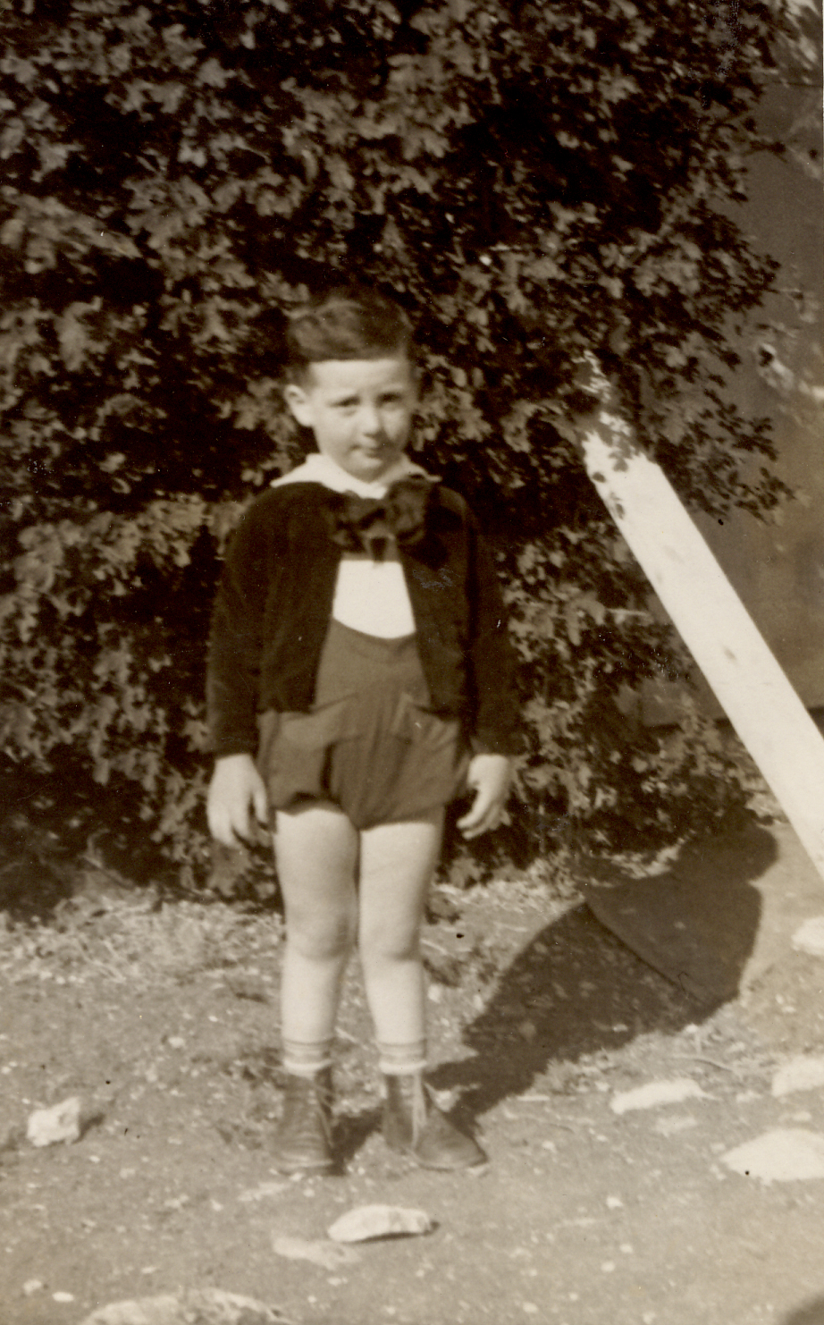 ילד בקיבוץ לבוש בבגדי חג