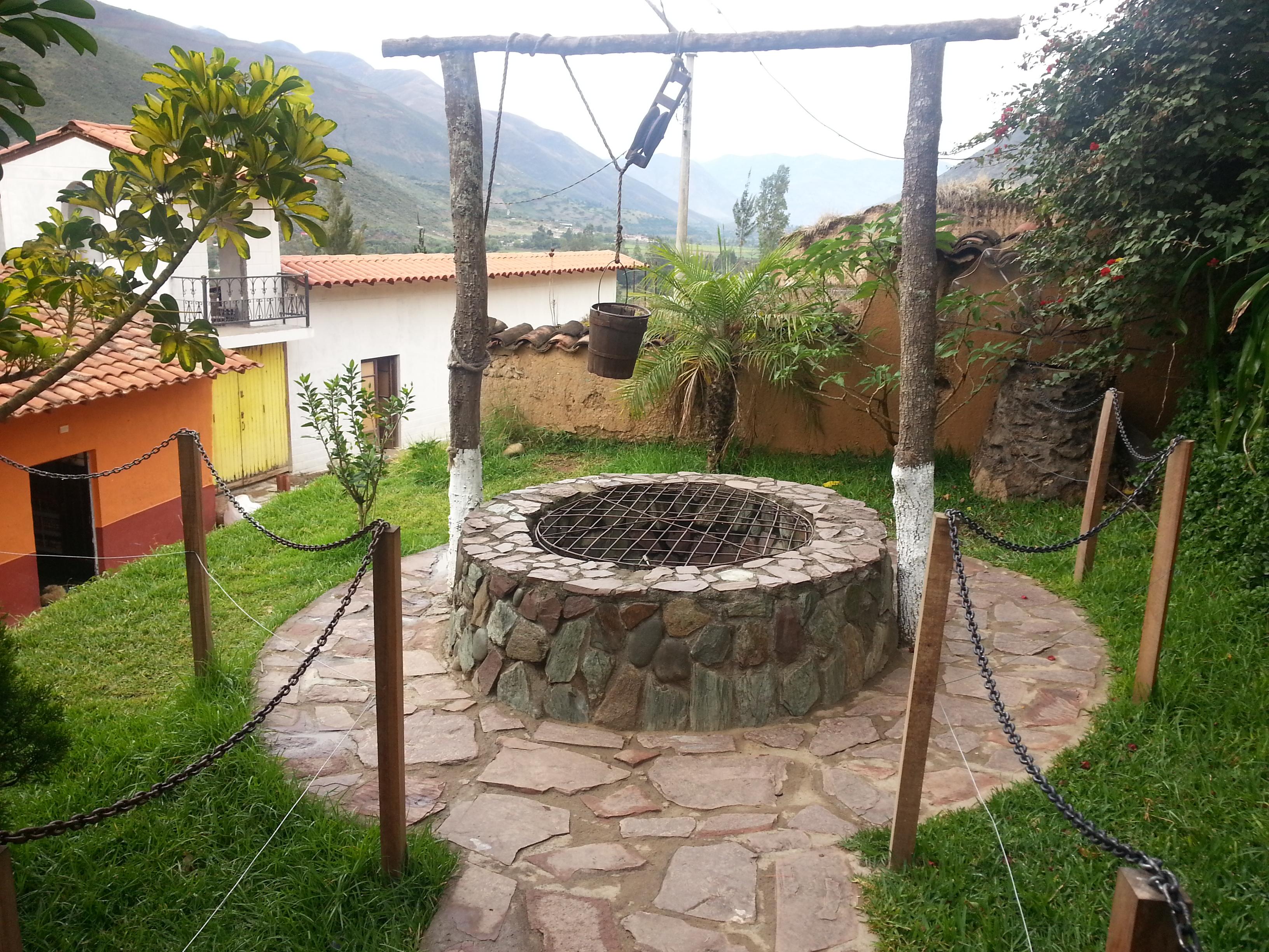 File pozo agua antiguo casa perricholi tomayquichua ambo for Casas con techo a un agua