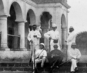 Rimbaud con la tez muy bronceada en el distrito Sheikh-Othman, cerca de Adén (Yemen), en 1880.