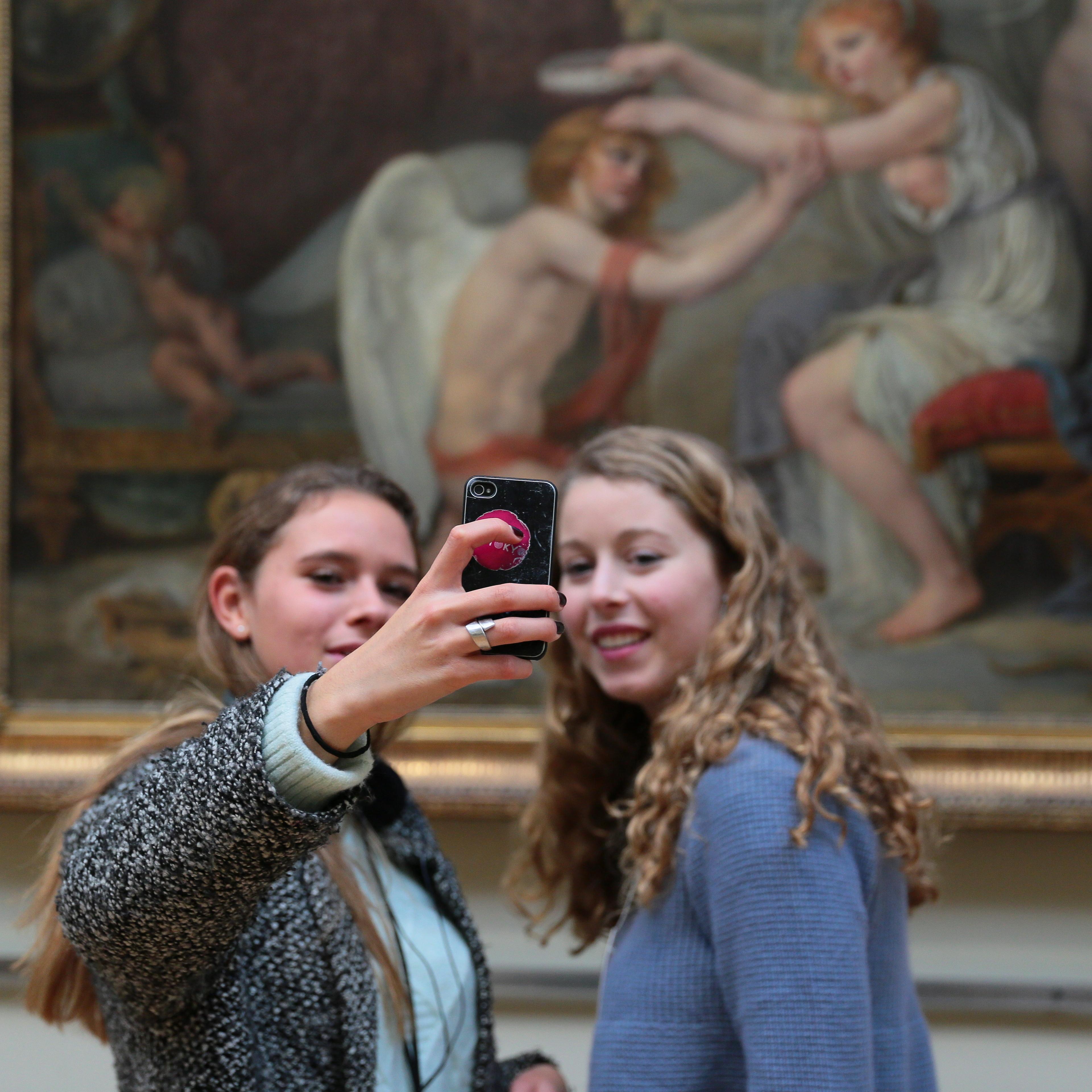 selfie taidemuoseossa