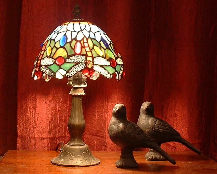 http://upload.wikimedia.org/wikipedia/commons/a/a4/Tiffany_dragonfly_lamp_with_pigeon_sculptures.jpg
