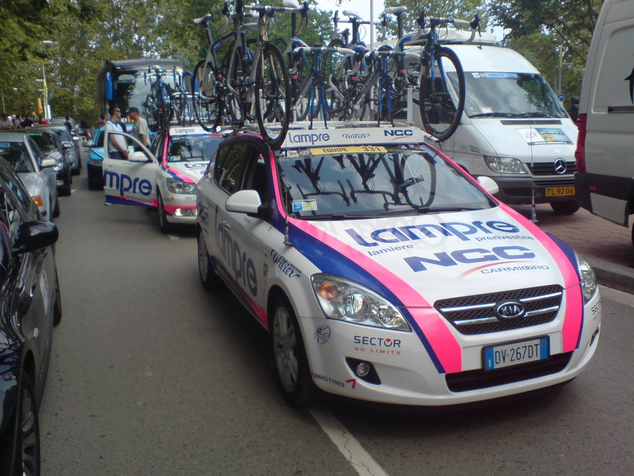 fil tour de france 2009 voiture de lampre girona jpg wikipedia den frie encyklop di. Black Bedroom Furniture Sets. Home Design Ideas