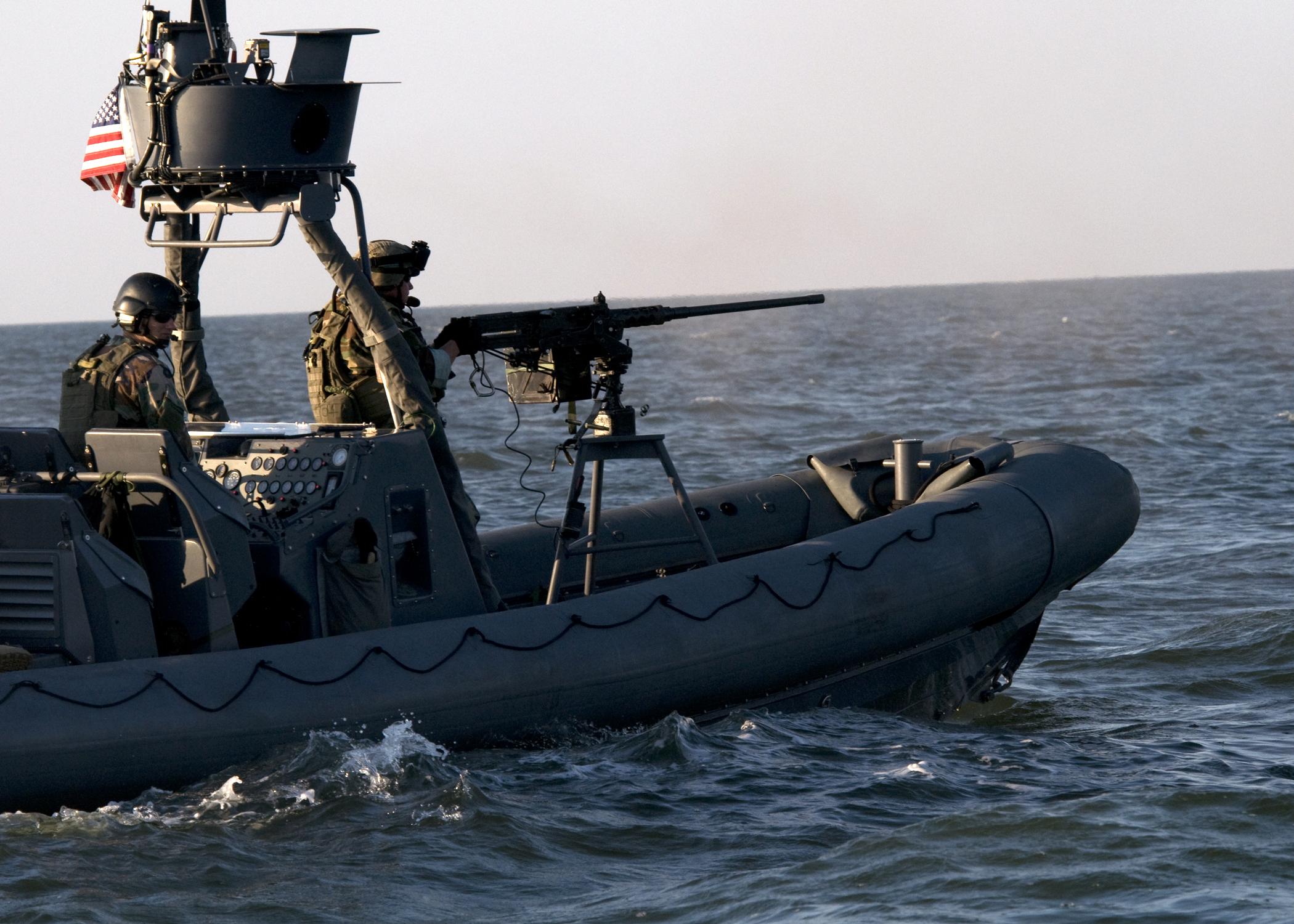 Bateaux à rebelle ou autres à crée. US_Navy_080903-N-4500G-371_A_Special_Warfare_Combatant-craft_Crewman_ires_a_.50-caliber_machine_gun