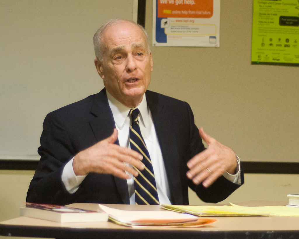 Bugliosi at the [[North Hollywood Branch |North Hollywood Branch Library]] in 2009