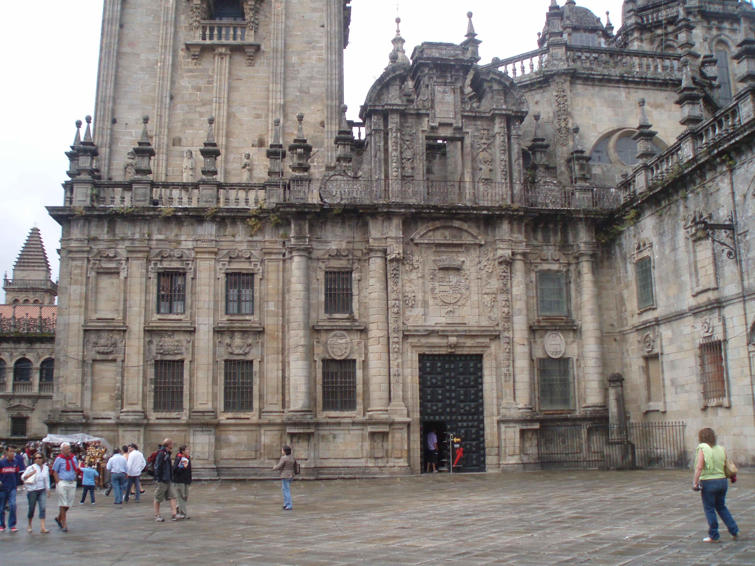 File:Vista de la Puerta Real de la Catedral de Santiago de ...