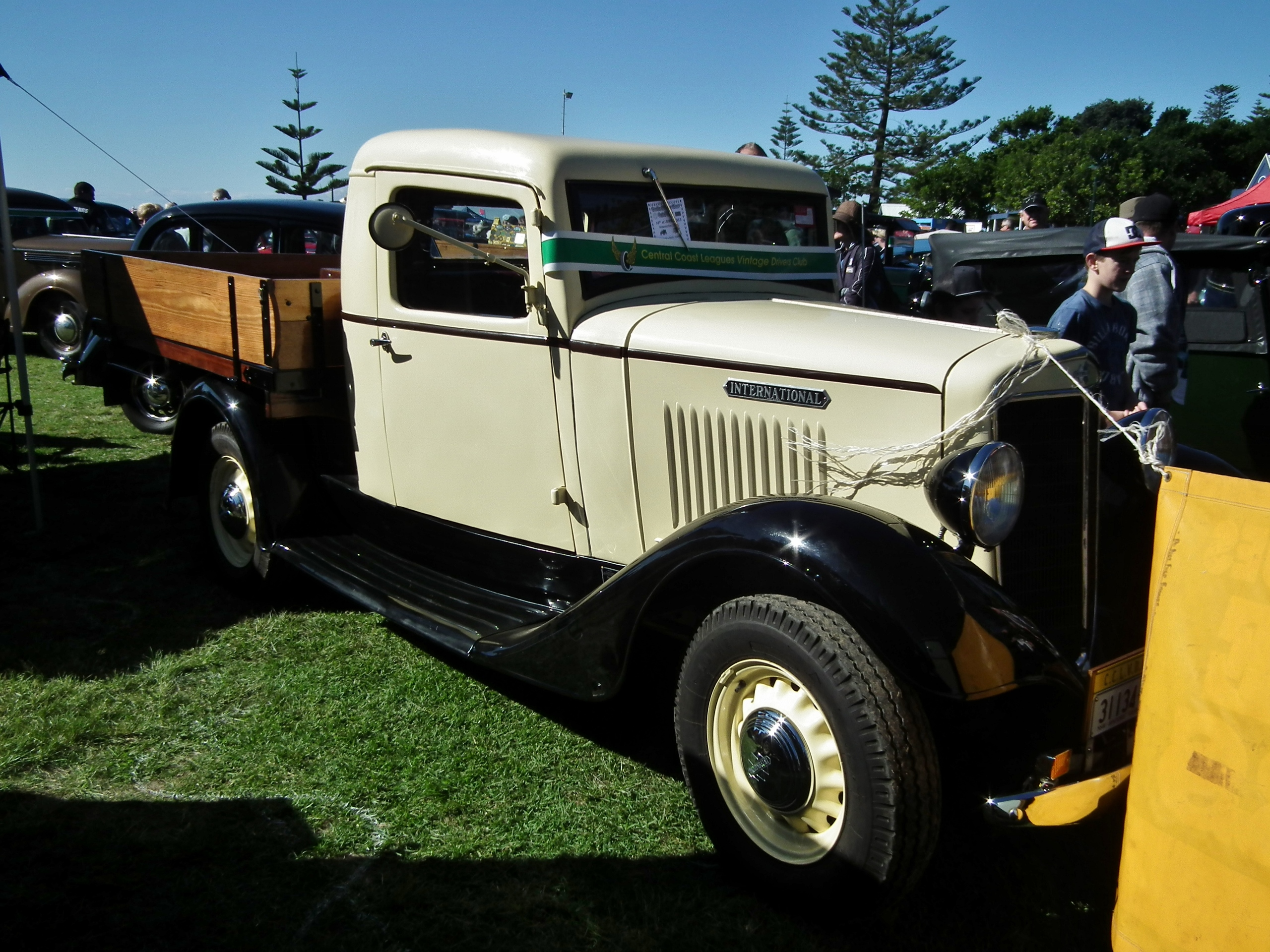 File:1936 International Harvester C1 18 cwt table top truck ...