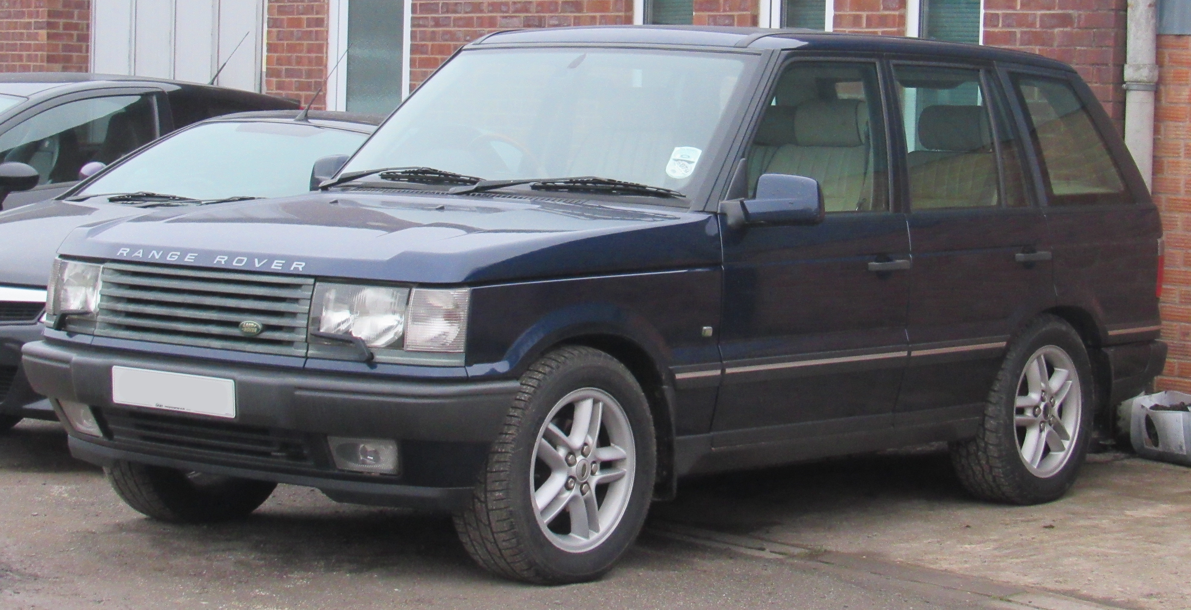 https://upload.wikimedia.org/wikipedia/commons/a/a5/2001_Land_Rover_Range_Rover_Vogue_EFi_4.6.jpg