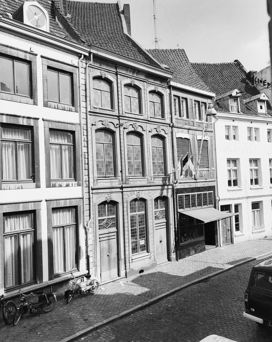 Huis met lijstgevel in lodewijk xv stijl in maastricht monument - Garderobe stijl van lodewijk xv ...
