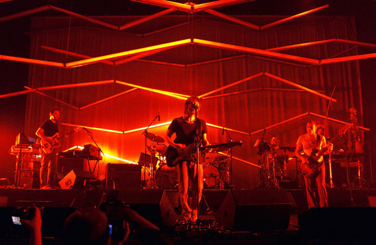 El supergrupo de Yorke, Atoms for Peace, durante un concierto.