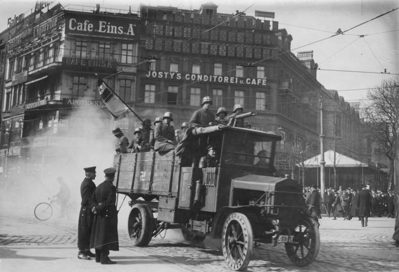 Putsch de Kapp à Berlin : Une partie de l'armée en soutient à  l'extrême droite tente un coup d'état en 1920.