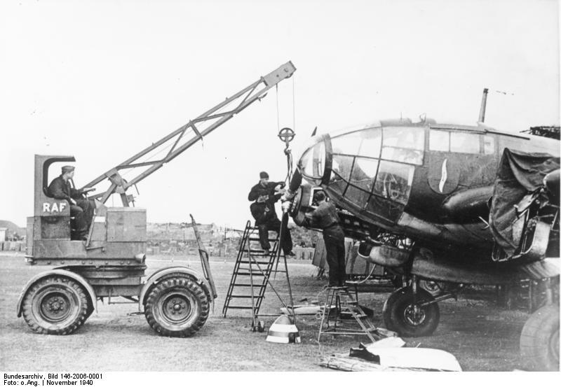 Bundesarchiv Bild 146-2006-0001, Flugzeug Heinkel He 111, Reparatur