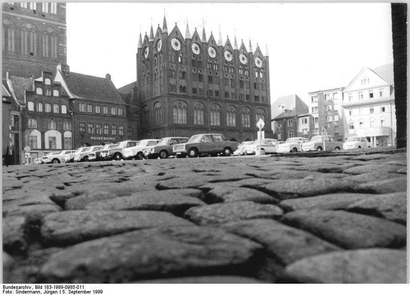 Bundesarchiv_Bild_183-1989-0985-011%2C_Stralsund%2C_Rathaus%2C_Alter_Markt.jpg