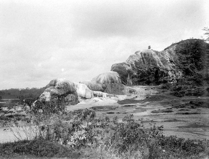File collectie tropenmuseum gezicht op de kalkberg van koeripan bij tjiseeng ten noorden van - Noordelijke deel ...