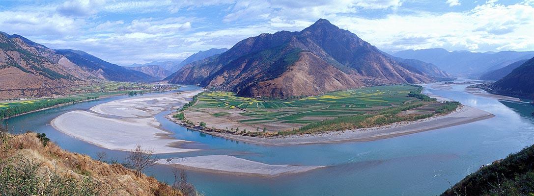 La primera vuelta del Jinsha en Shigu (Yangtsé), provincia de Yunnan, donde el río gira 180 grados, y después de ir durante cientos de kilómetros al Sur, emprende rumbo Norte.