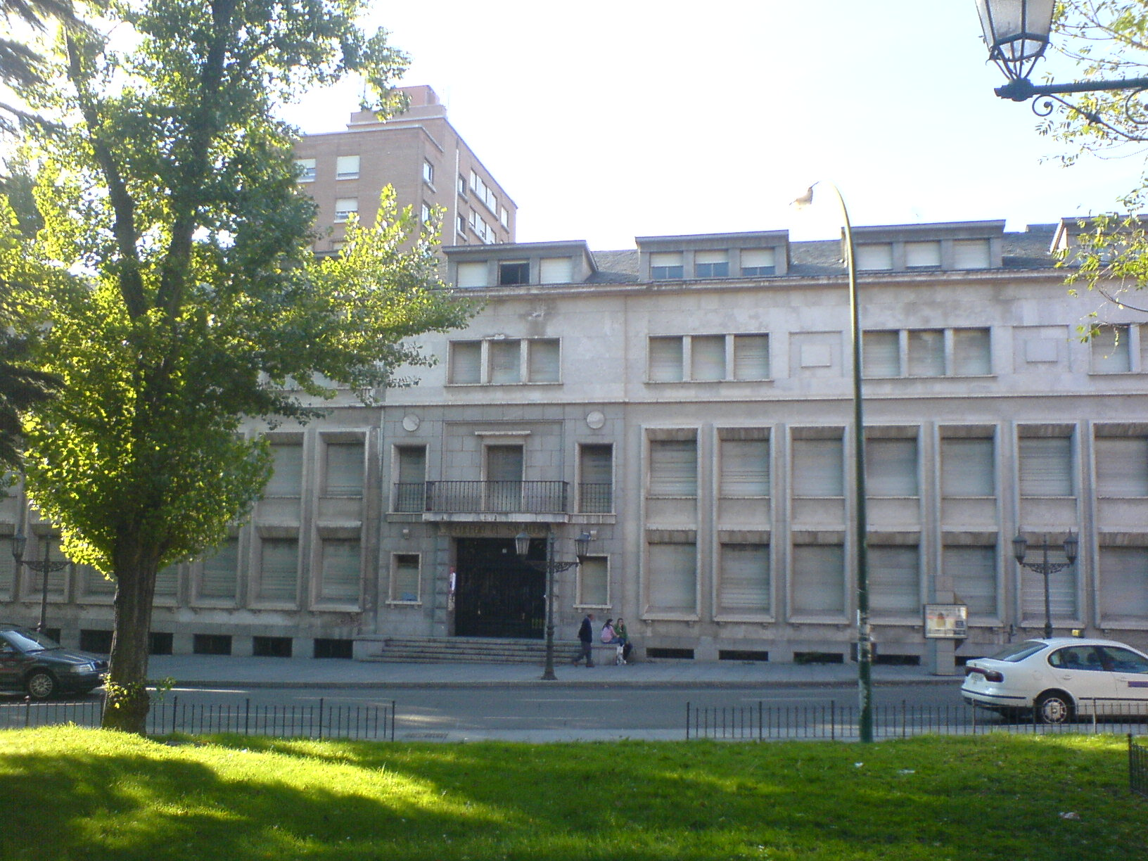 http://upload.wikimedia.org/wikipedia/commons/a/a5/Colegio_El_Salvador_(Valladolid).JPG