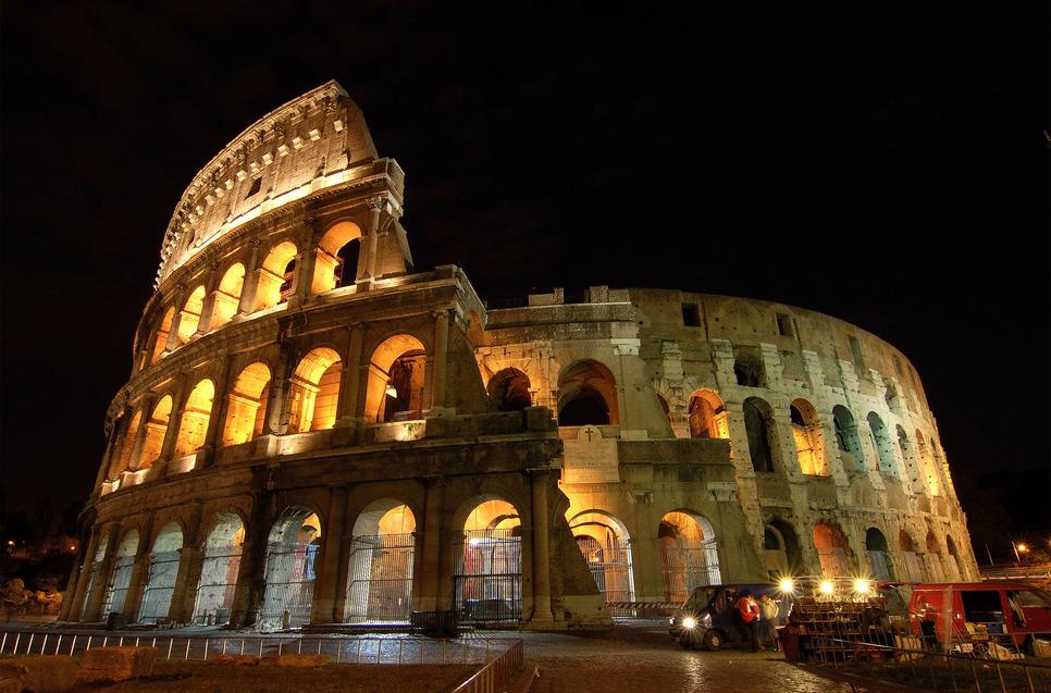 Zanimljivosti o poznatim građevinama - Page 2 Colosseum_at_night