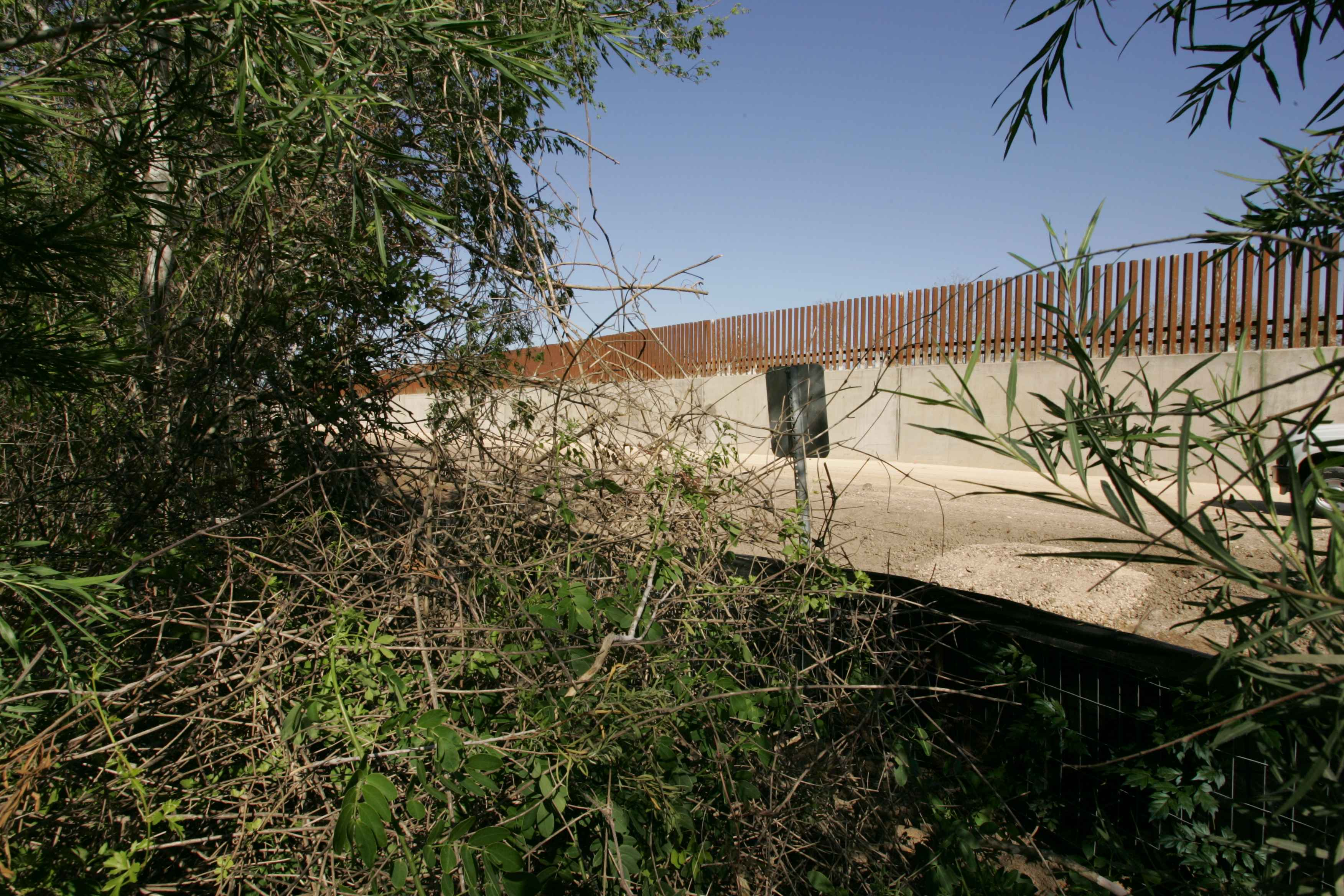 FileConcrete border walljpg Wikimedia Commons