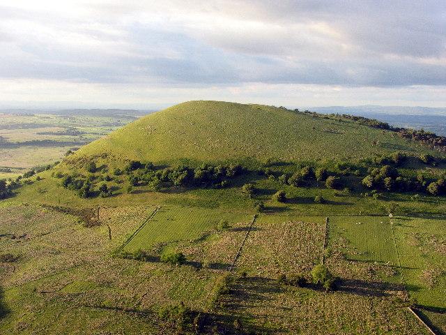ein ''Hügel'' in England