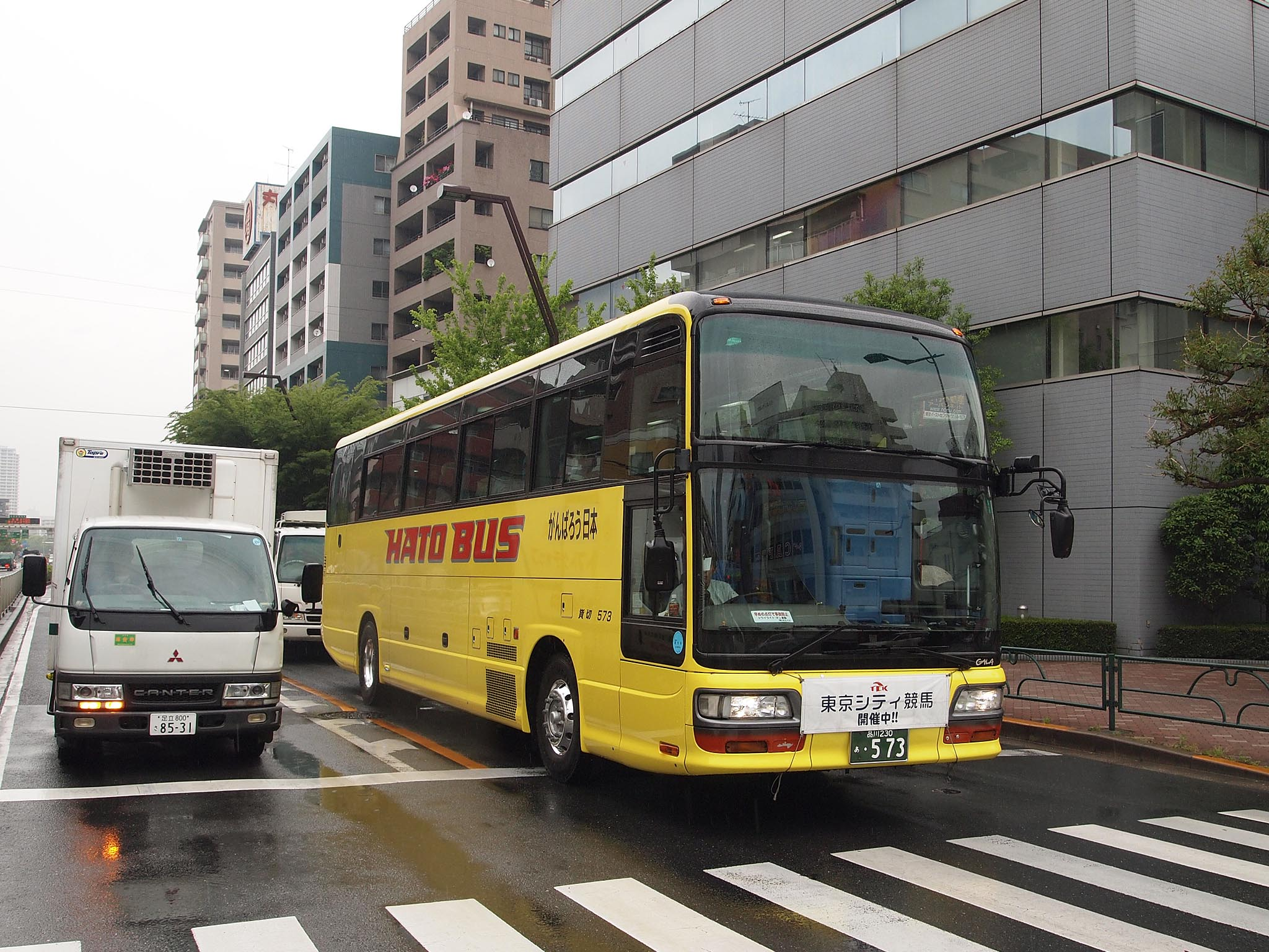 https://upload.wikimedia.org/wikipedia/commons/a/a5/Hatobus_573_TCK_Shuttle_Bus.jpg