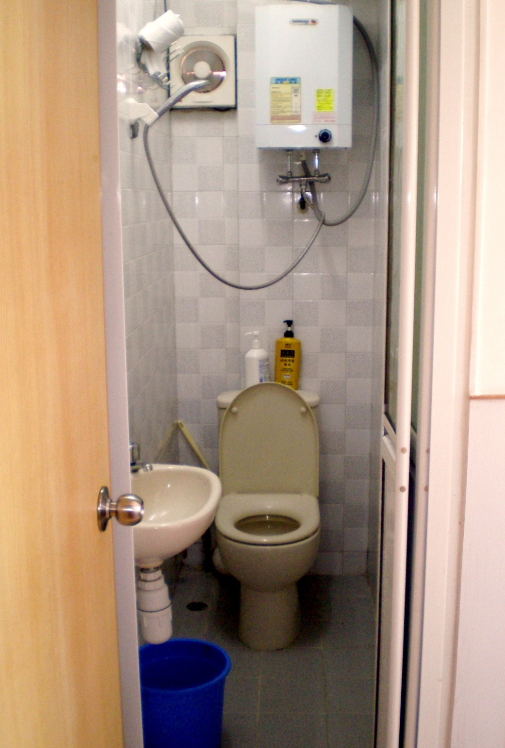 File hong kong combination shower and wikipedia for Very small space bathroom design