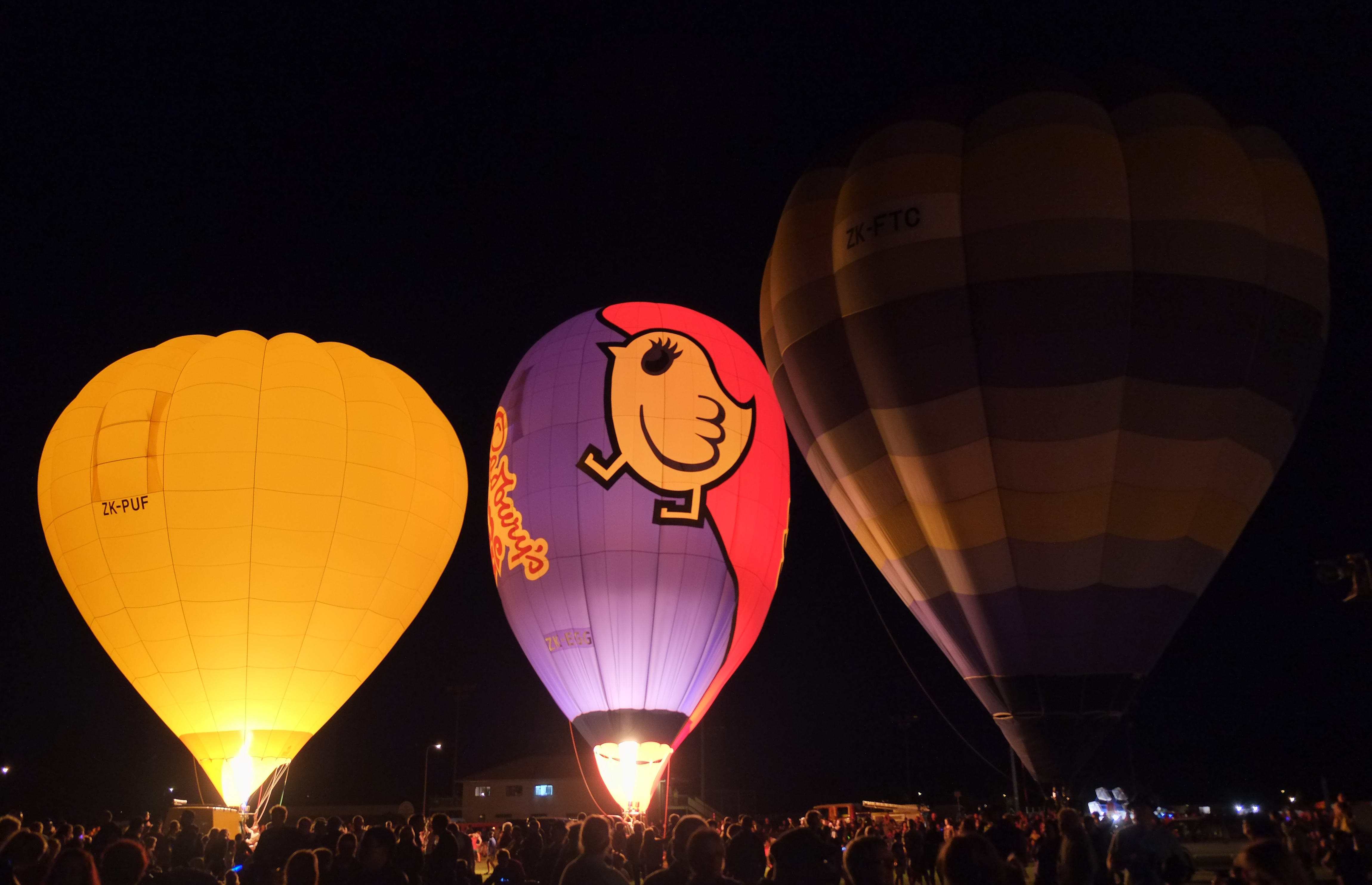 Popular Wallpaper Night Hot Air Balloon - Hot_air_balloons_glowing_at_night_at_Lift_Off_Levin_night_glow  HD-915715.jpg