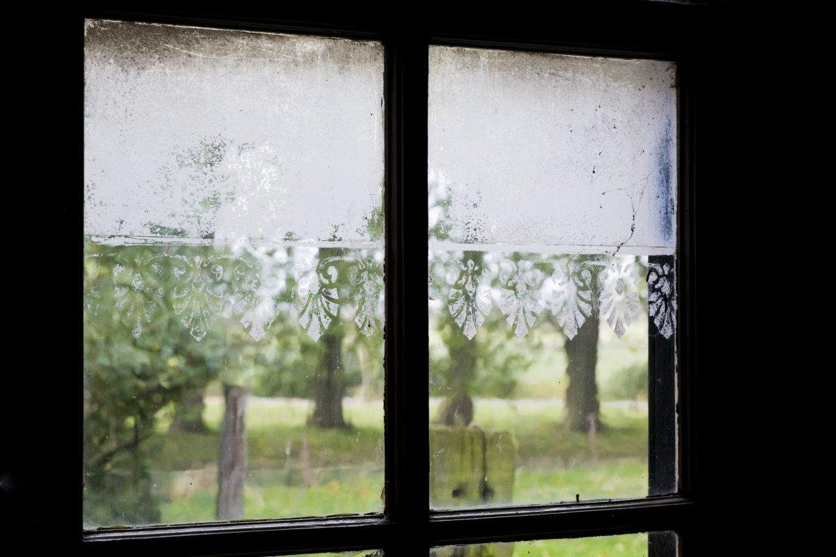 Raam Gordijn 10 : Bestand interieur detail van raam in karnruimte met geschilderd