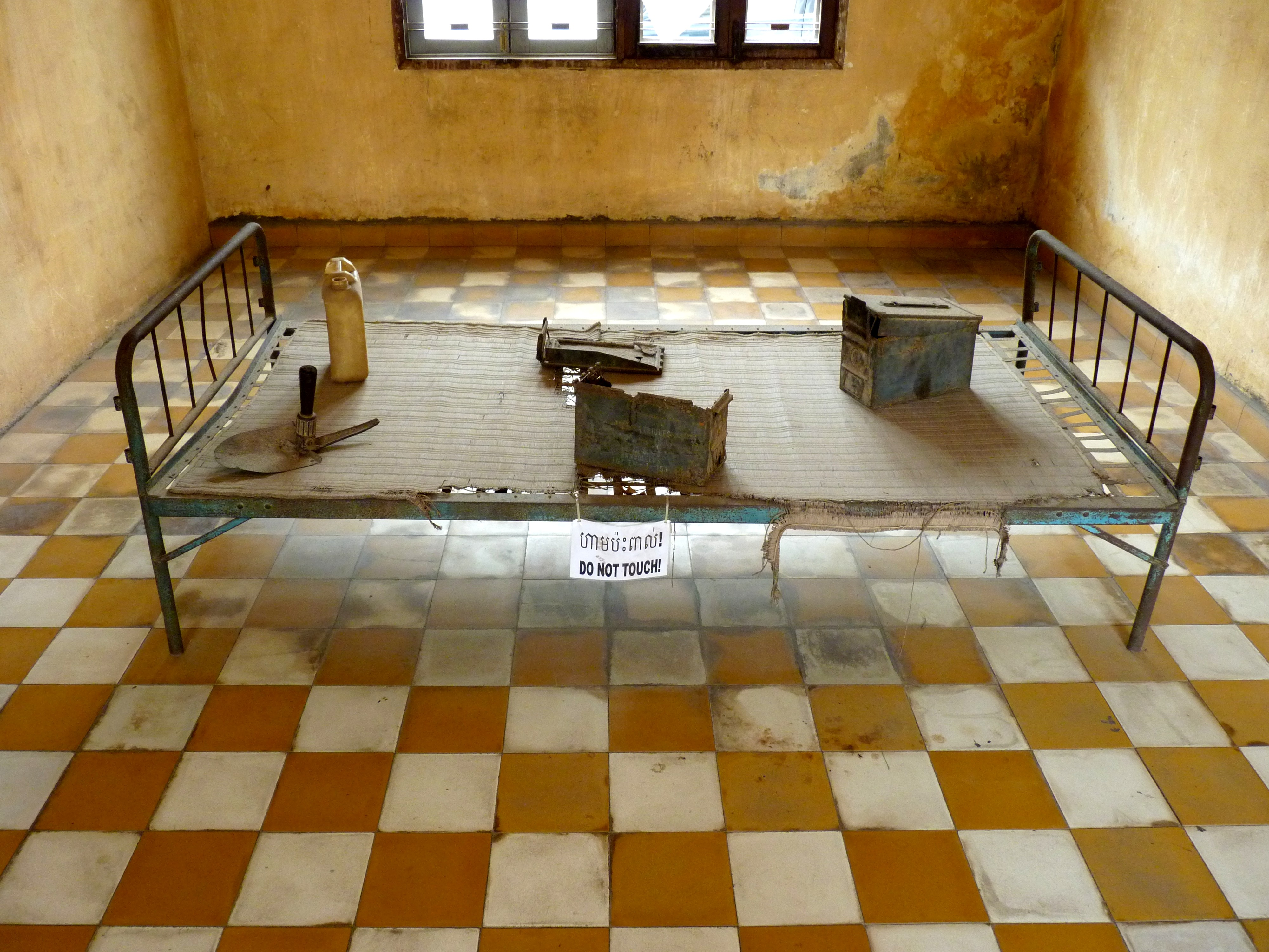 File:Iron bed in Tuol Sleng prison.JPG - Wikimedia Commons