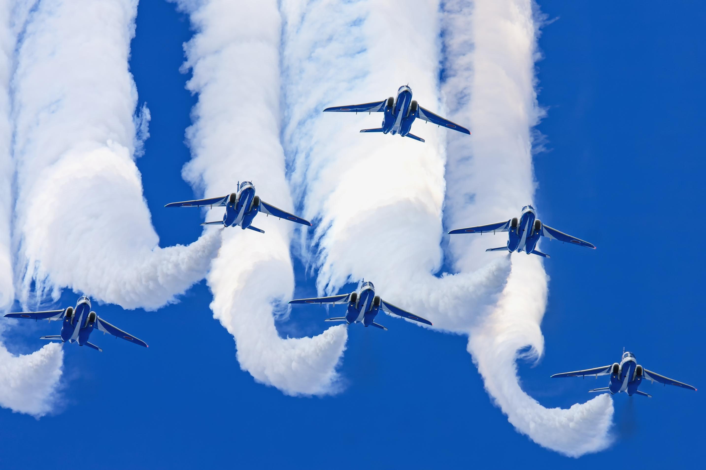 展示飛行中のT,4「ブルーインパルス」(2009年9月