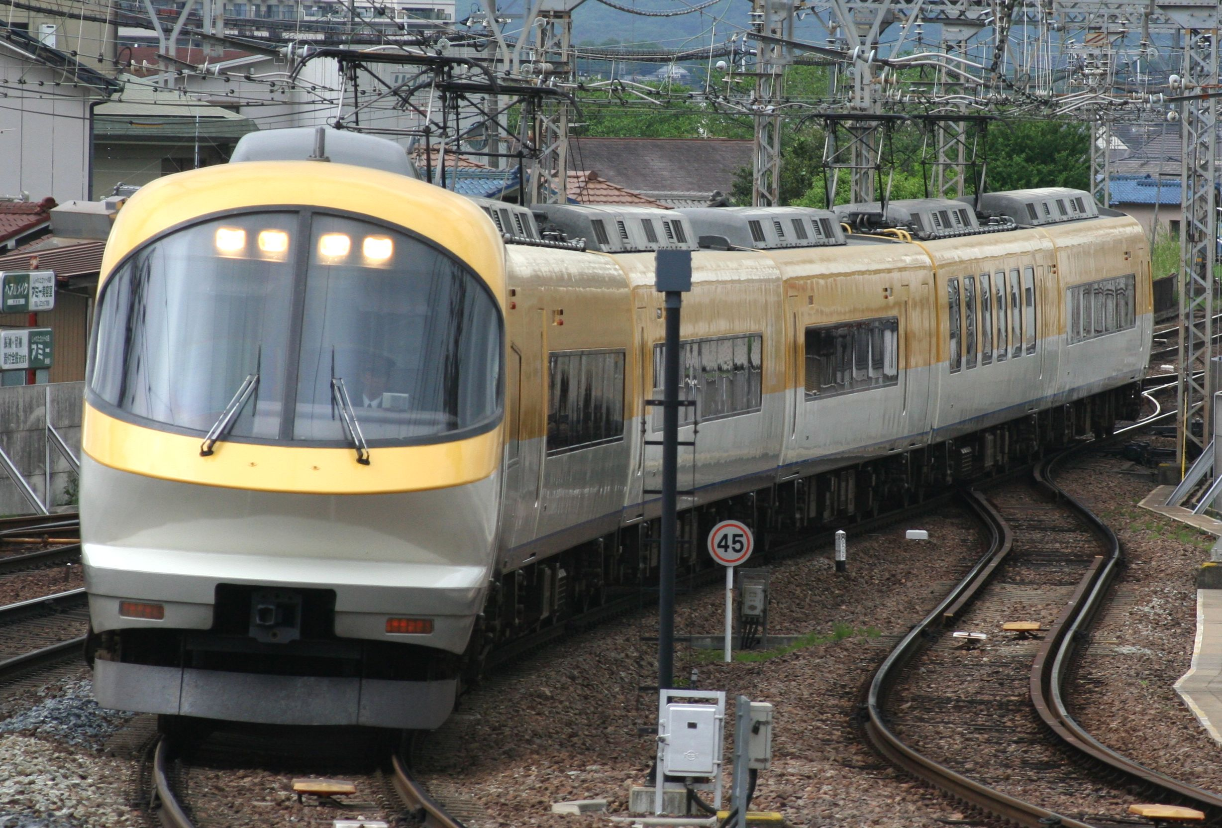https://upload.wikimedia.org/wikipedia/commons/a/a5/Kintetsu-23000_20120504.jpg