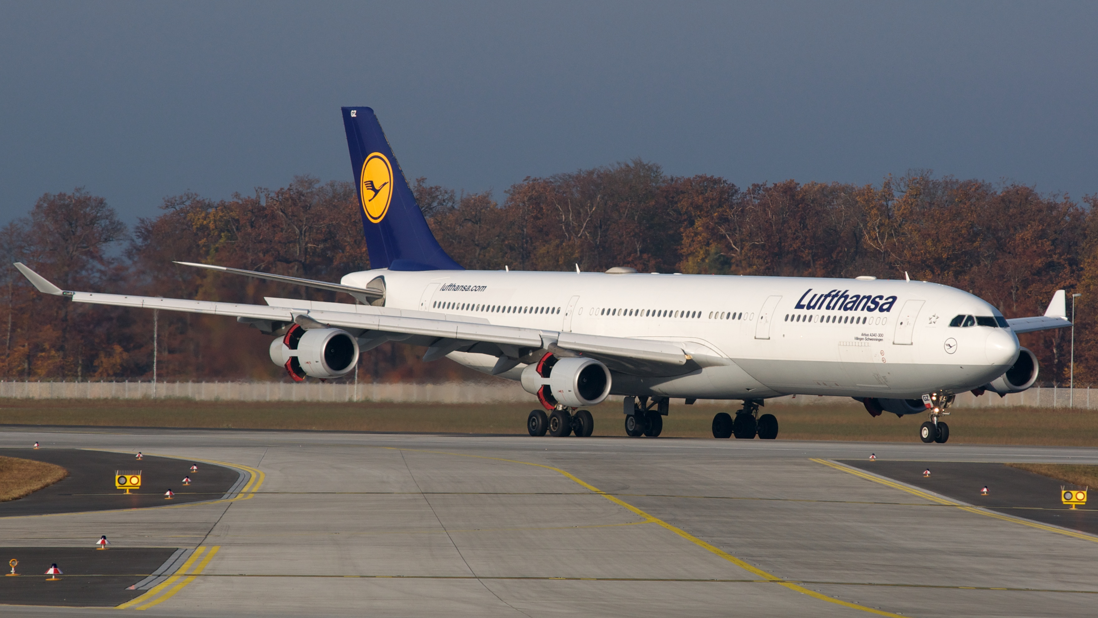 file lufthansa airbus a340 300 d aigz 7721067666 jpg wikimedia commons. Black Bedroom Furniture Sets. Home Design Ideas